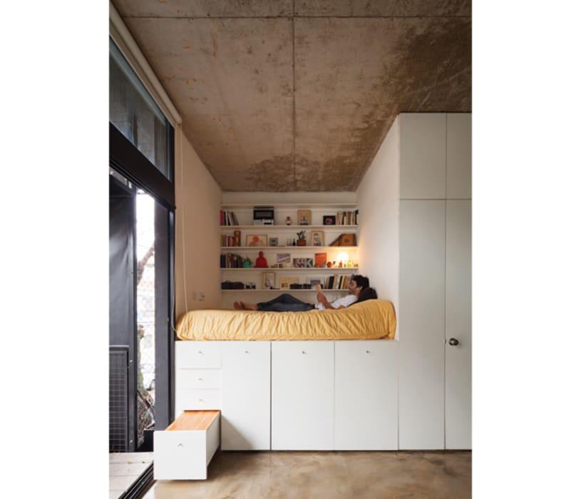 Спальня полностью состоит из ящиков