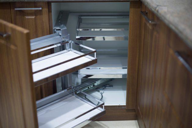 Кухонный угловой шкаф с карусельной или откидной системой