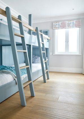 Двухъярусная кровать, удобная для размещения друзей в доме у моря